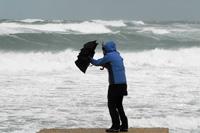 Mensch im Sturm und Regen