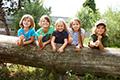 Kinder auf Baumstamm 1