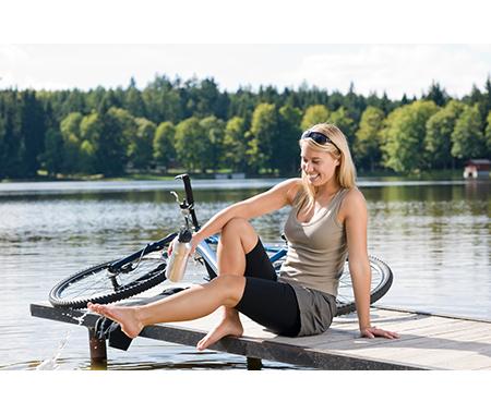 Fahrradfahrerin am See