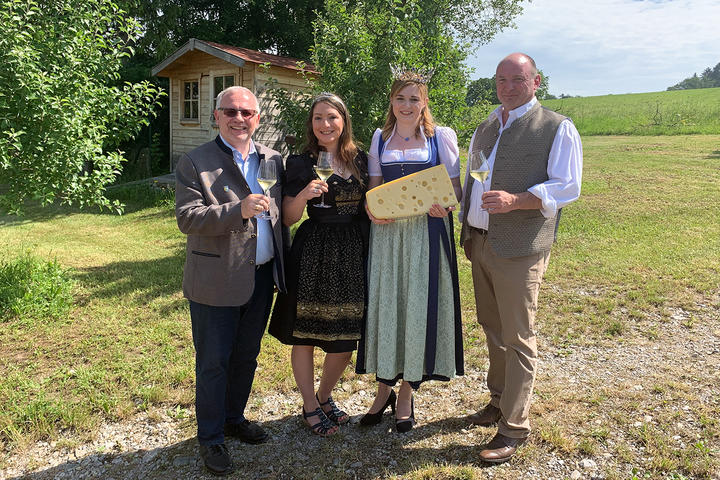 Weinprinzessin Christina Schött und die Bayerische Milchkönigin Beatrice Scheitz