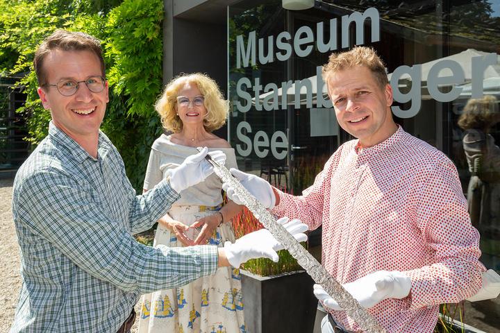 Landrat Stefan Frey übergibt historischen Fund an Museum Starnberger See_AKT