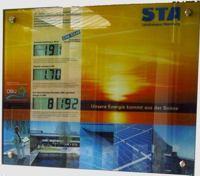 Anzeigetafel über die eingespeiste Sonnenenergie im Eingangsbereich des Landratsamtes